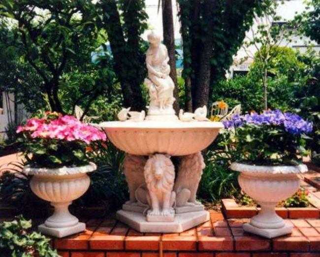 庭の大理石噴水 2