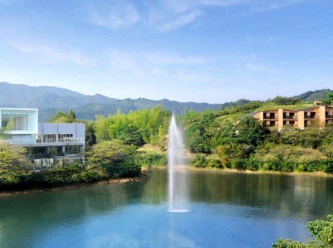 ダム湖の浮き噴水 TOBEオーベルジュリゾートと噴水