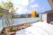和モダンスタイル 素敵な屋上と緑