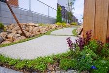 小道のスロープが可愛い 割栗と下草のアプローチ 赤磐市