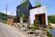 緑豊かなお庭と素敵なアプローチは溶岩の平板