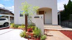 洋風スタイル 可愛らしい門柱のあるお家