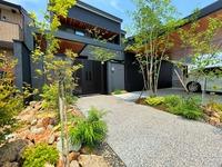 シンプルモダンに緑豊かなアプローチ木目天井の似合う外構