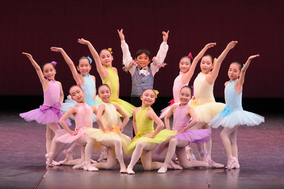 ゴルディロックス サイズ:4号×9(青、水色、ピンク各2、紫、黄緑、クリーム各1、) 5号×4(青、紫、黄緑、クリーム各1)7号×1(水色) ¥6,000- 写真には青はないですが、6色あります。 アメリカンスリーブのデザインとカラーが可愛い。 シンプルだけど、子供も大好きな衣裳です。