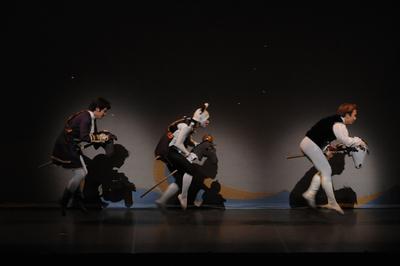 シンデレラ【全幕】            役名:王子 サイズ:M×1 ¥ 右端の先頭が王子です。 ラメ入りベルベットのベストに襟もとにリボンが ついたブラウス。シンプルで上品です。
