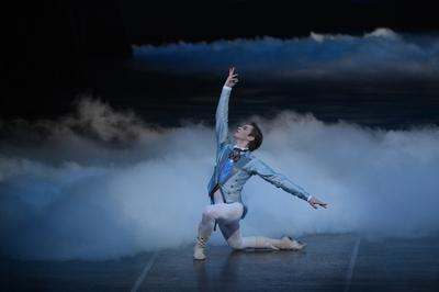 【眠れる森の美女】デジレ王子act2 L×1 ¥8.000- 水色とグレーの色合いがお洒落。ブラウス、ベストジャケットが一体型の仕立てで、とても動きやすいとダンサーに好評! しっかり踊れるタキシード。